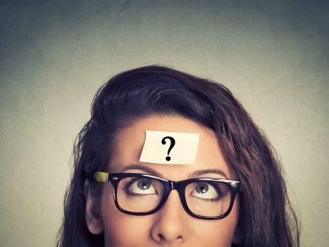 mulher de óculos com uma interrogação na testa